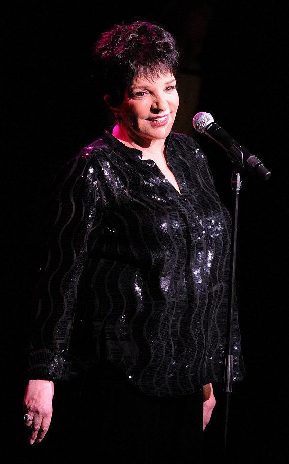 Liza Minnelli performs at the Las Vegas Hilton