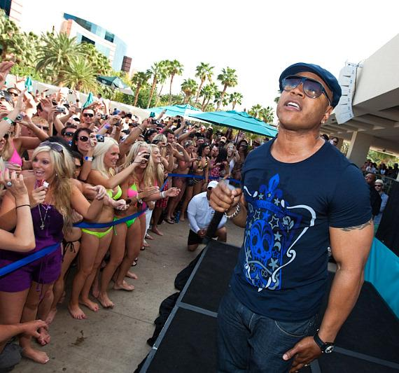 LL Cool J parties and performs with fans at WET REPUBLIC