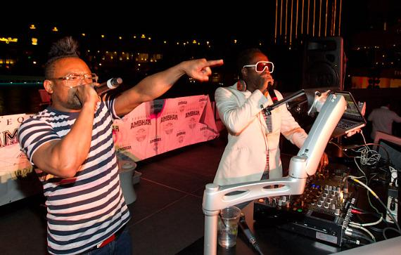 "apl.de.ap and will.i.am perform ""Rock Your Body"""