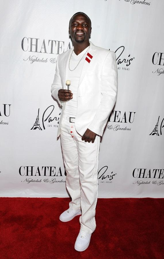 Akon poses with Couture Pop on the red carpet before heading into Chateau Nightclub & Gardens