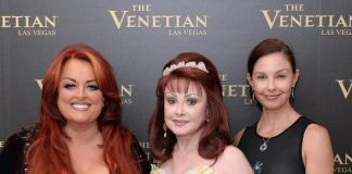 """Ashley Judd visits mother Naomi and sister Wynonna at """"Girls Night Out"""" at The Venetian Las Vegas"""