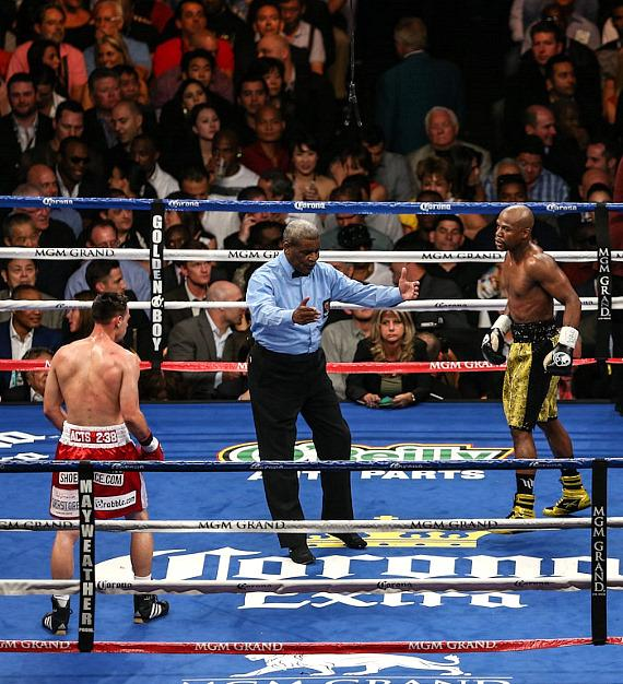 Mayweather vs. Robert Guerrero begins