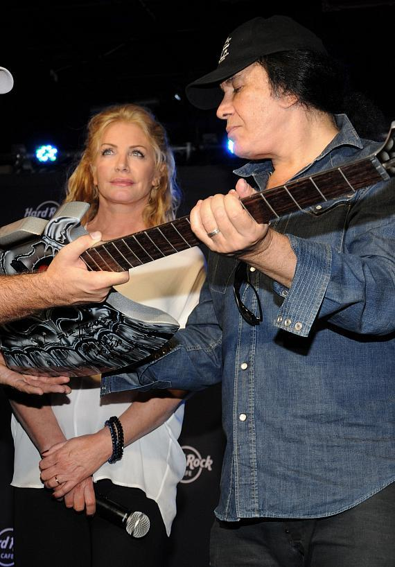 Gene Simmons present the guitar to the winner, Alberto
