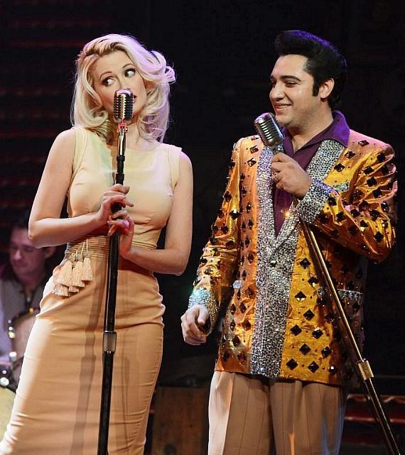 """Holly Madison performs duet with """"Elvis"""" in Million Dollar Quartet"""