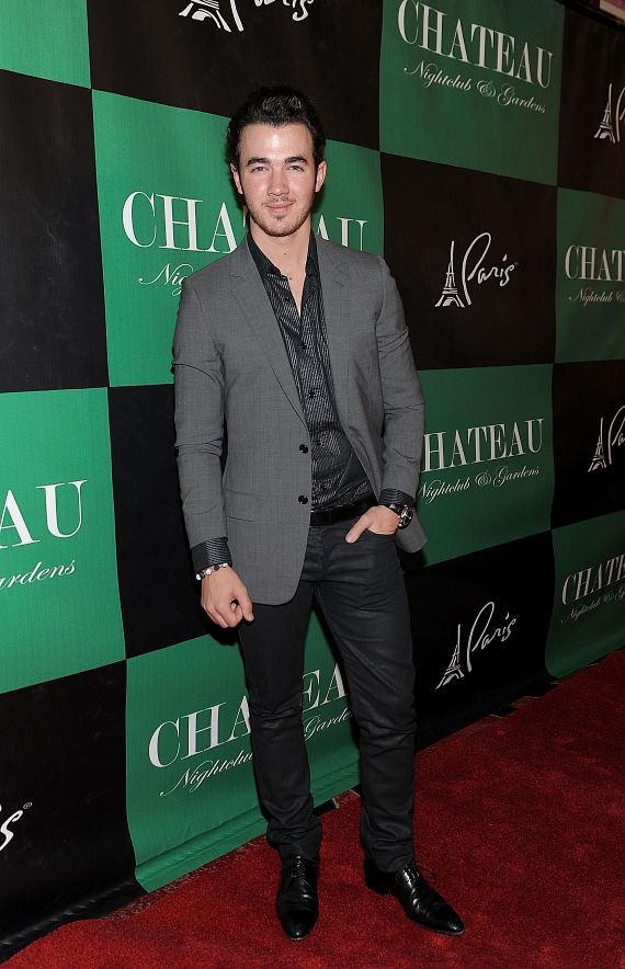 Kevin Jonas and his wife, Danielle, get playful with Couture Pops on the Chateau Nightclub & Gardens Red Carpet