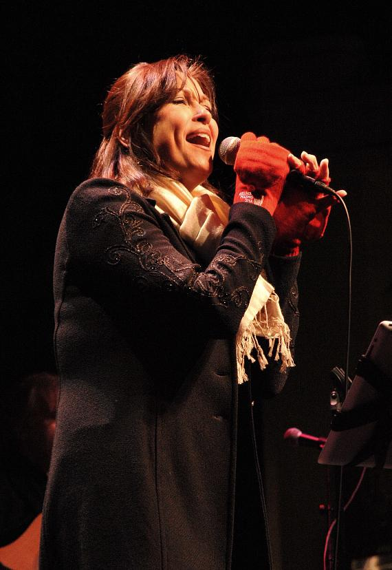 Linda Eder performing