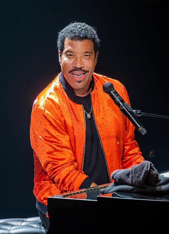 """Lionel Richie Makes Wynn Las Vegas Debut with """"Hello"""" Tour at Encore Theater"""
