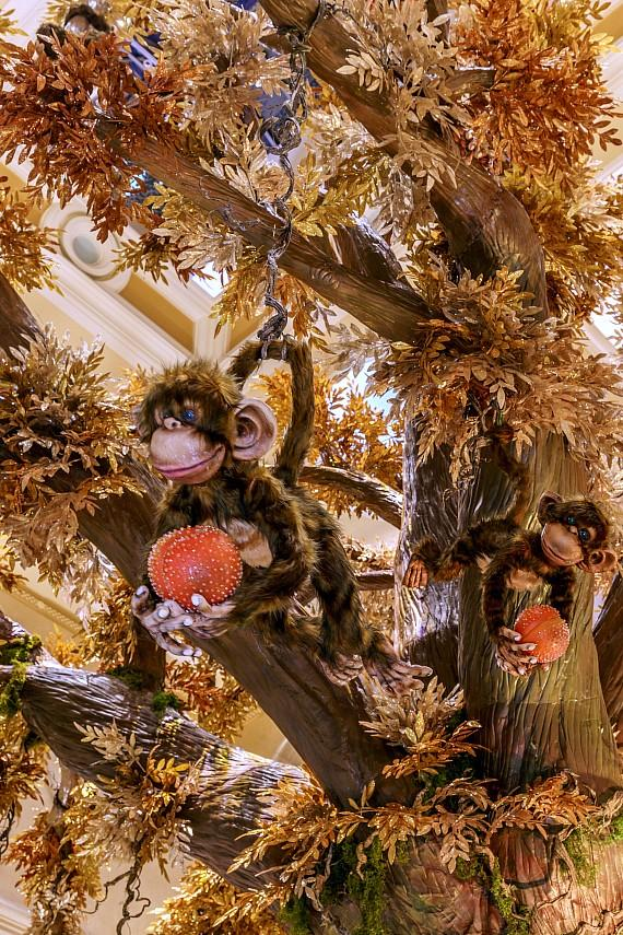 The monkeys are extending a Swarovski-encrusted peach wishing guests a long life