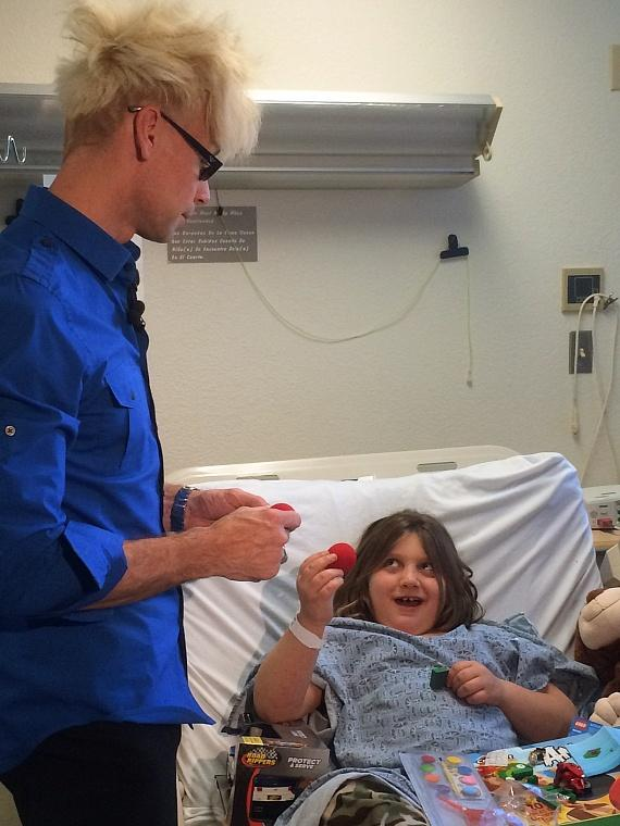 Murray performs magic for patient at Children's Hospital of Nevada at UMC